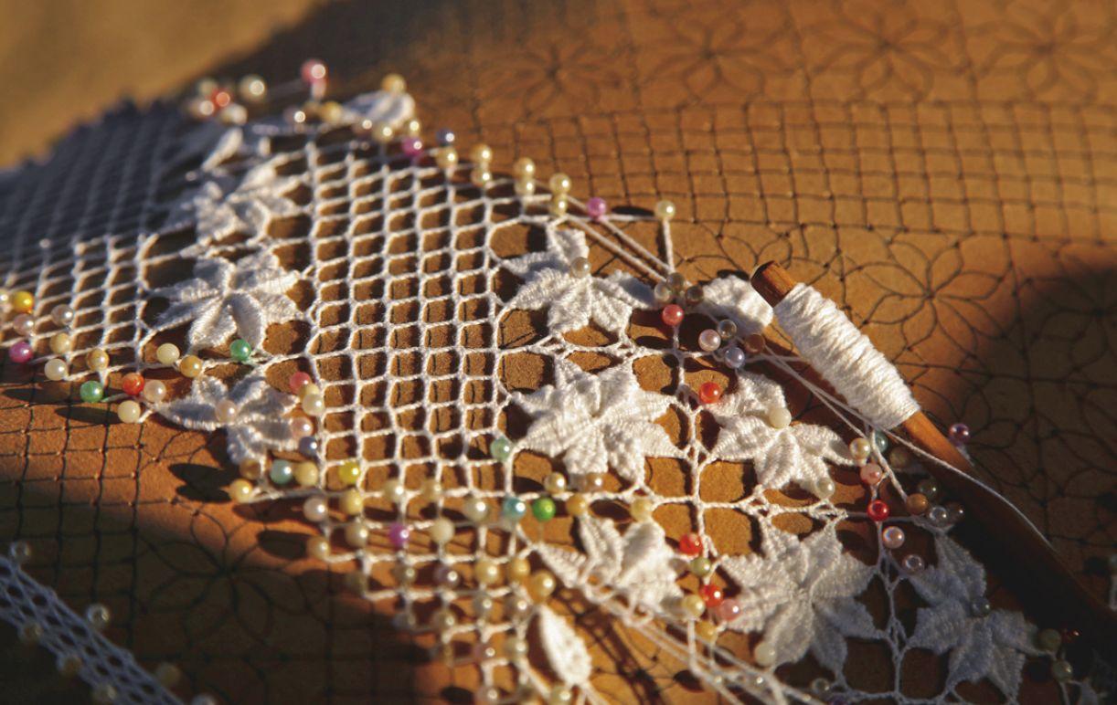 O bilro, renda trazida pelas portuguesas, é produzido a partir de desenho sobre papelão