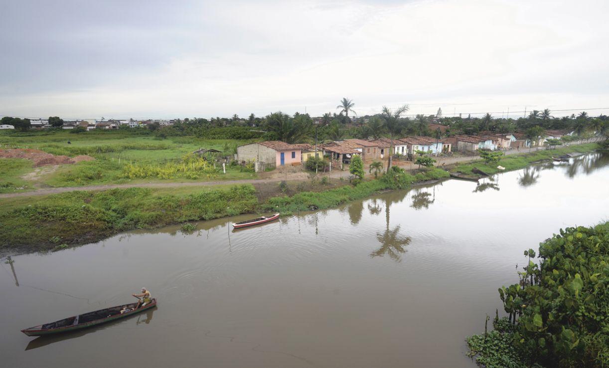 Goiana vista da BR-101 , margeada pelo rio que lhe dá o nome