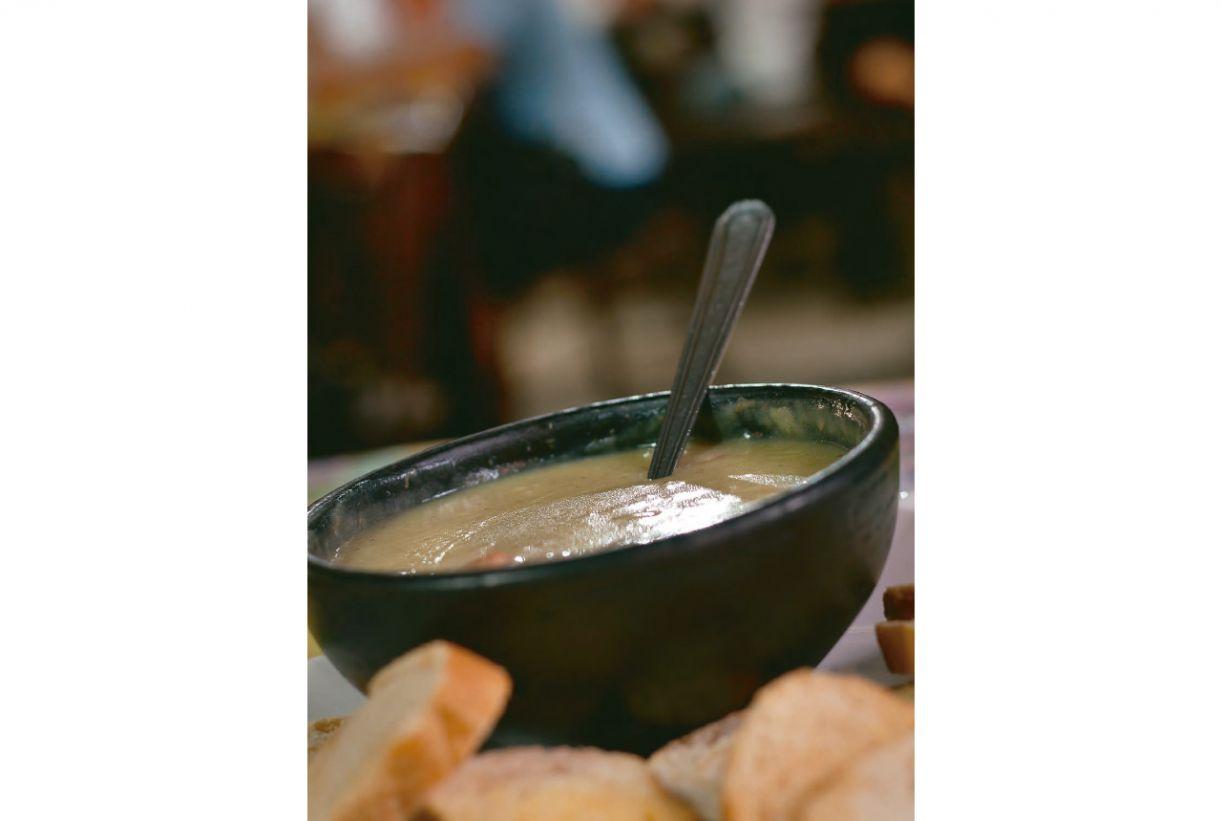 Pães e torradas são os acompanhamentos mais harmônicos da sopa