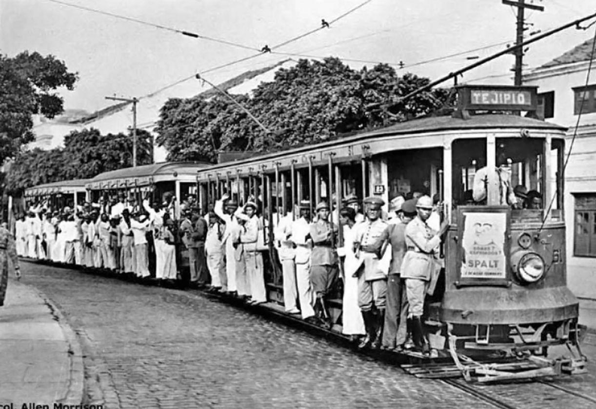 Bondes do Recife abertos, que circulavam solteiros ou rebocando outros
