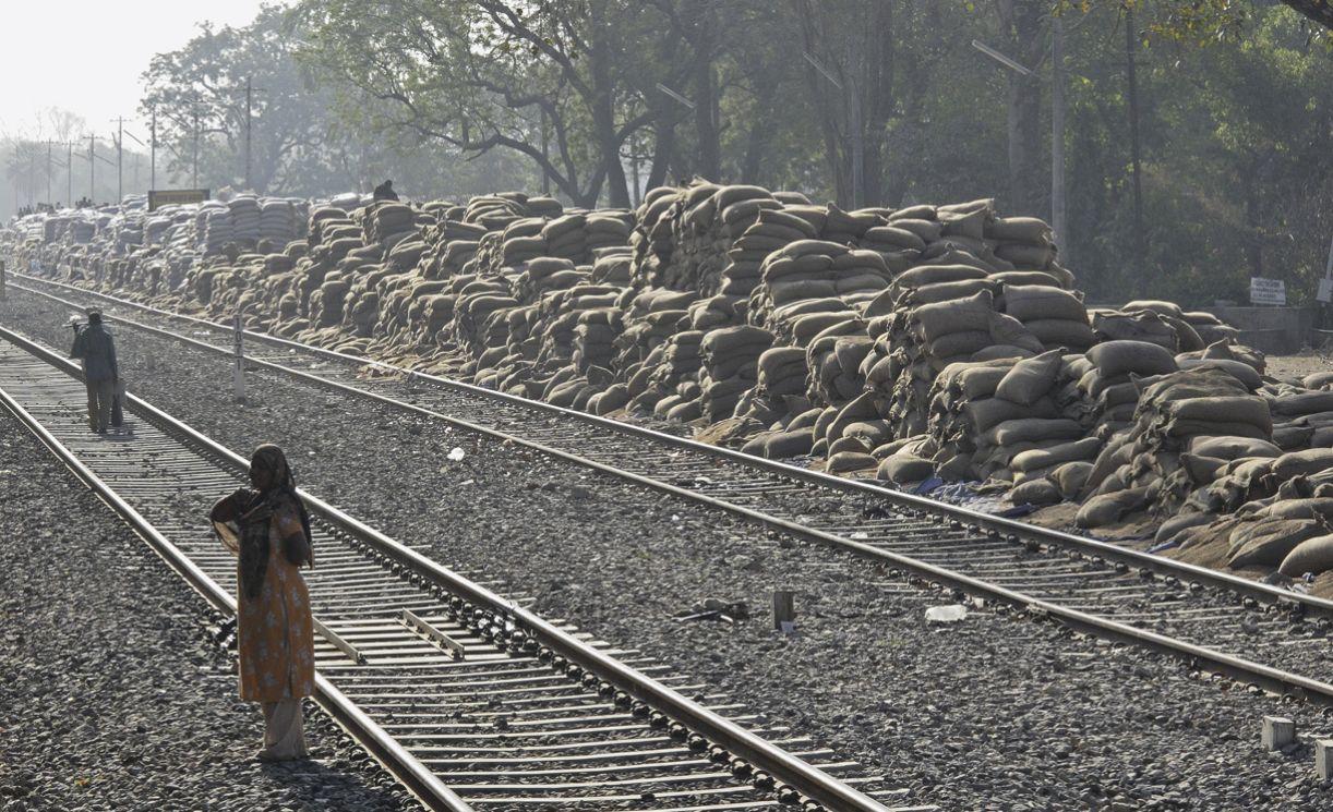 Trilhos de uma ferrovia nos arredores de Udaipur, uma das mais prósperas cidades da Índia