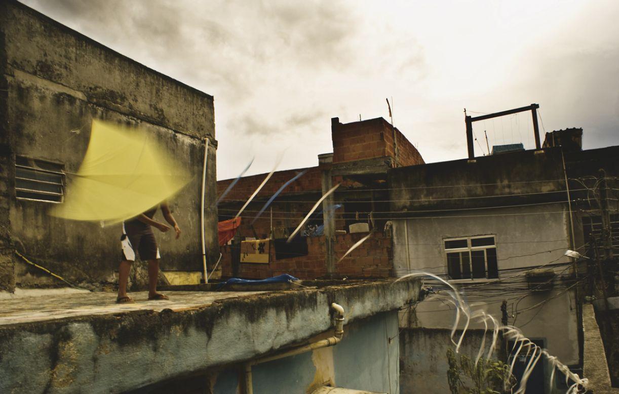 Imagem de ensaio do fotógrafo Léo Lima, do Coletivo Favela em Foco, sobre soltadores de pipas