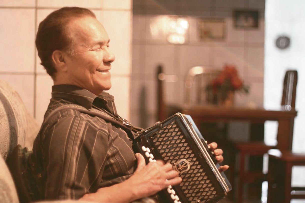 Arlindo, que tem discografia de 14 títulos, pensa em lançar DVD, CD e livro comemorativos dos 50 anos de carreira