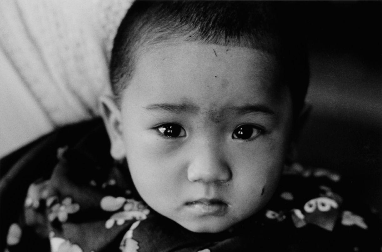 Criança japonesa em 1979, pelas lentes do fotógrafo Hiroshi Oshima, um dos participantes da exposição