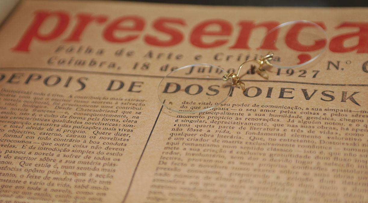 Óculos de leitura do poeta e exemplar da revista da qual foi editor integram coleção de José Paulo