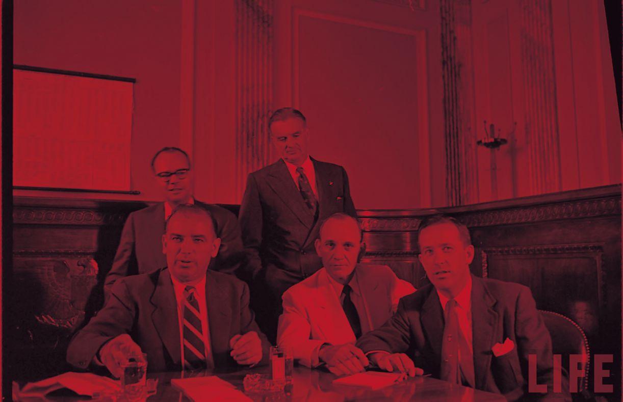 O senador Joseph McCarthy (E) liderou o Comitê de Investigação de Atividades Antiamericanas