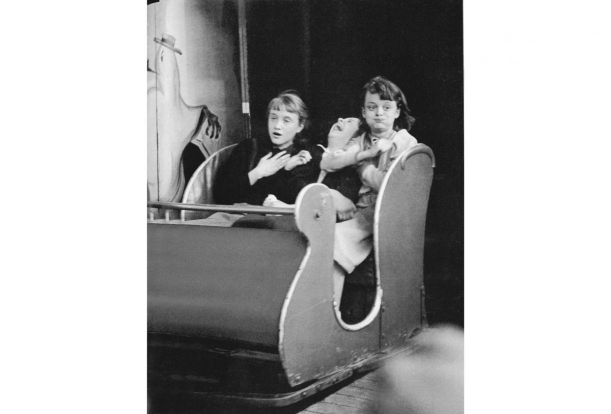 Na foto de 1953, as expressões revelam como cada uma das meninas reagiu ao trem fantasma