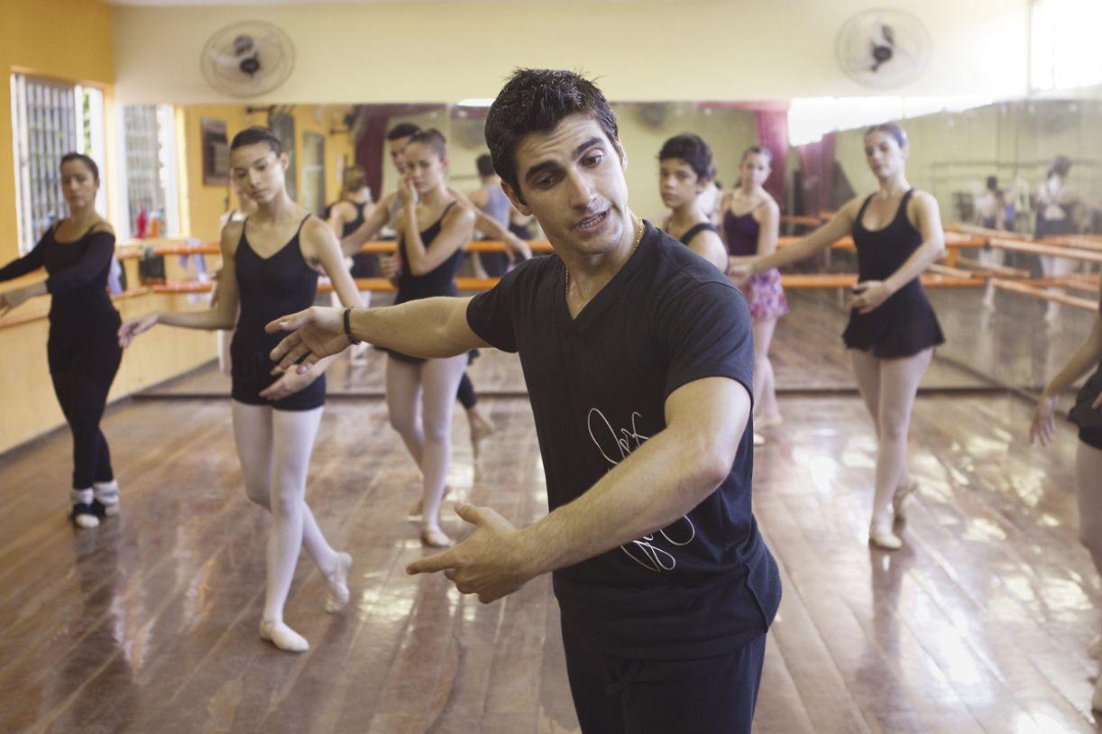 As aulas de clássico são compostas de preparação física, estudo de técnicas de dança e conhecimentos teóricos
