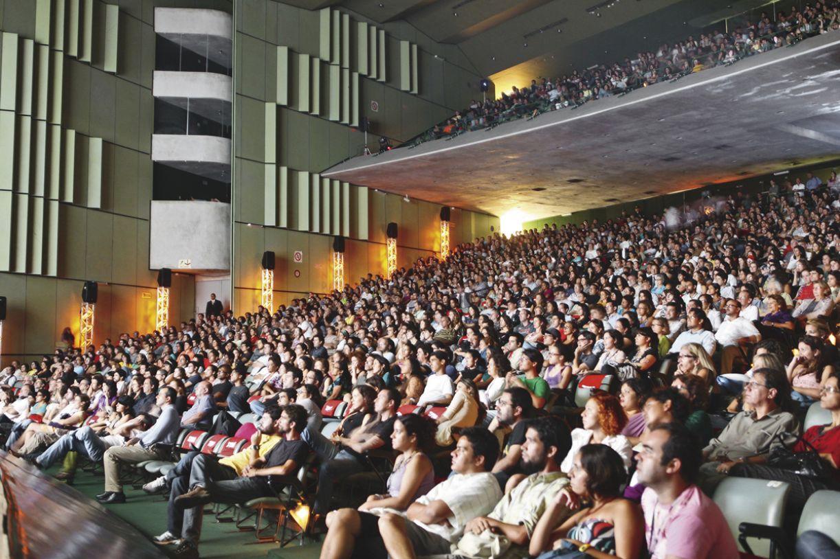 A cada edição, 30 mil pessoas circulam pelo Teatro Guararapes