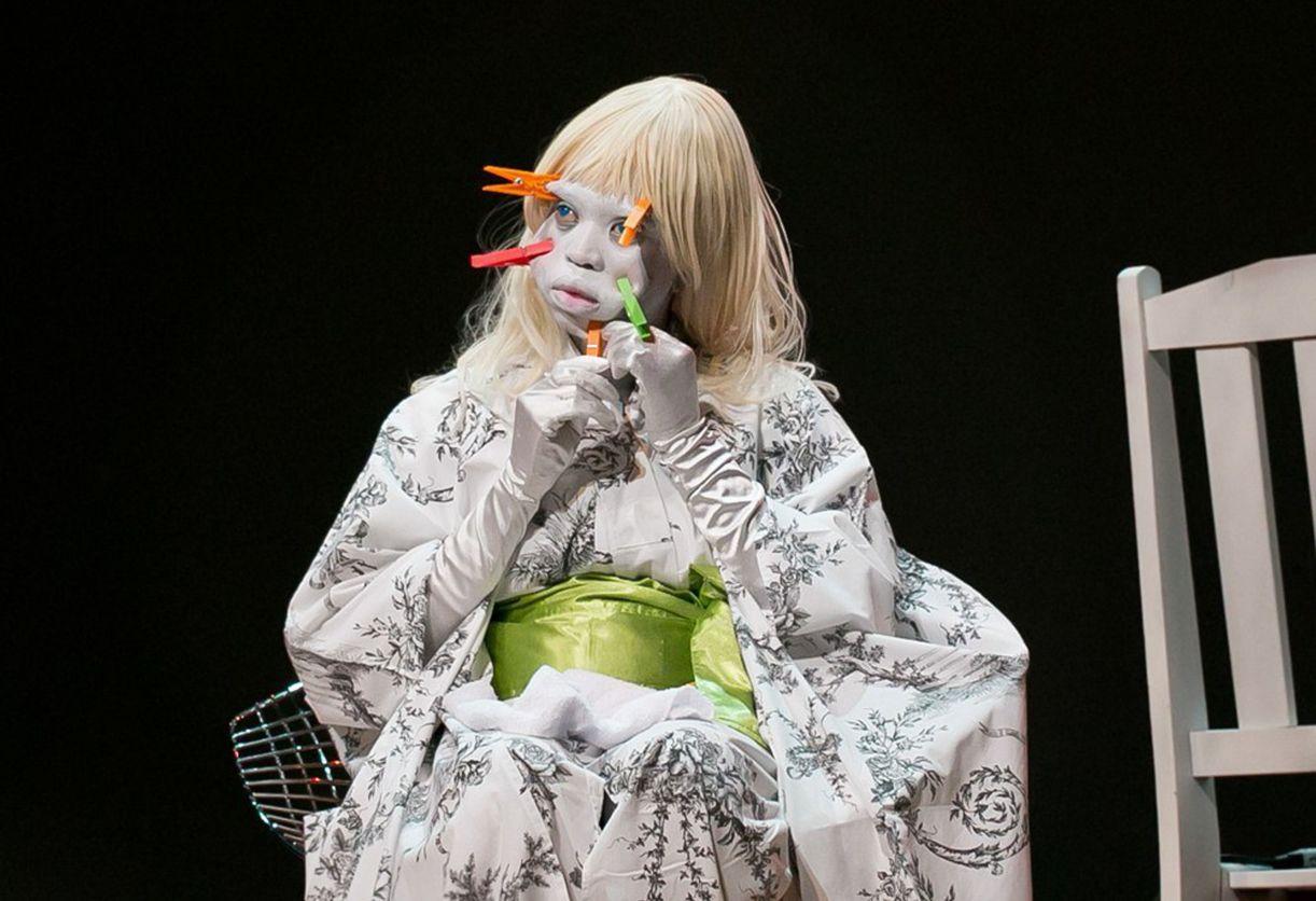 A atriz e performer Ntando Cele provoca o público em