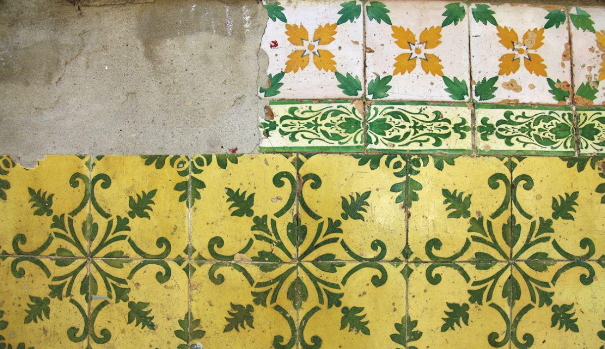 Desgaste marca a fachada de residência azulejada na Rua Velha