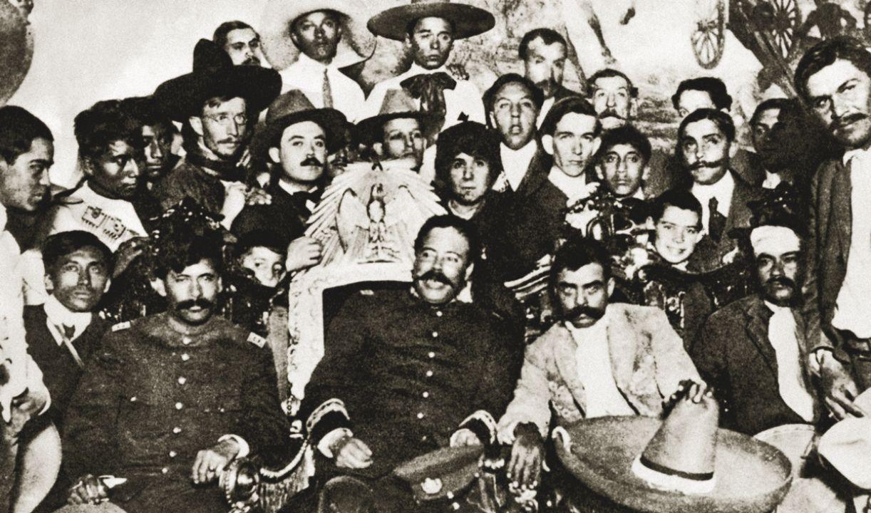 Embora se unindo na revolução, Pancho Villa e Emiliano Zapata (sentados, o segundo e o terceiro, da esquerda para a direita) vinham de motivações políticas diversas