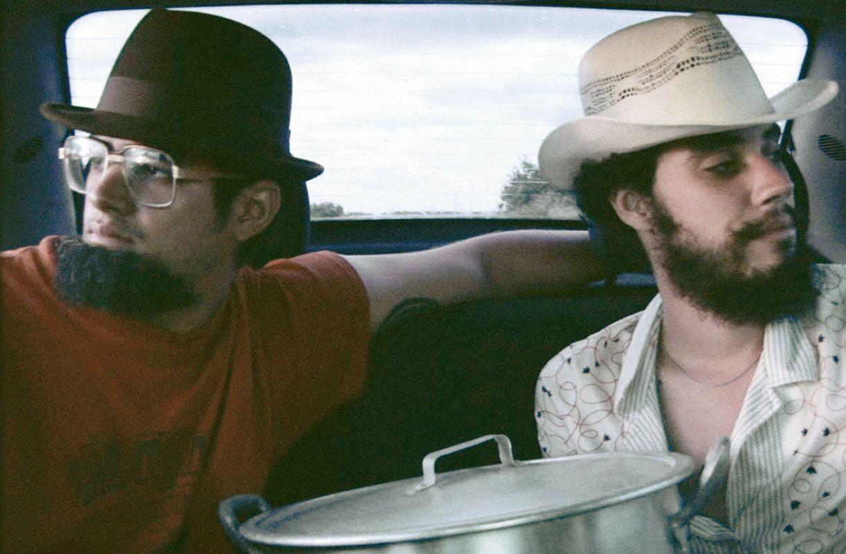 No filme 'Estrada para Ythaca', os diretores também dão vida aos personagens afligidos pela morte de um amigo em comum