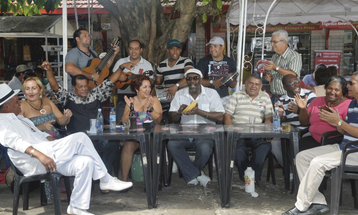 O Mercado da Boa Vista é um dos locais onde se reúnem bambas como Jorge Ribas (ao centro, de branco)