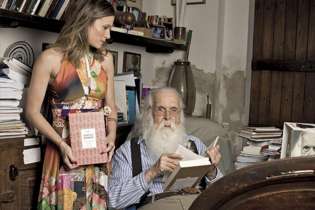Marianna ao lado do tio-avô, Francisco Brennand