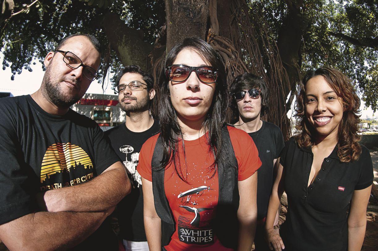 """Quinteto, que se define como uma """"banda de palco"""", improvisa ensaios nos quartos de hotéis"""