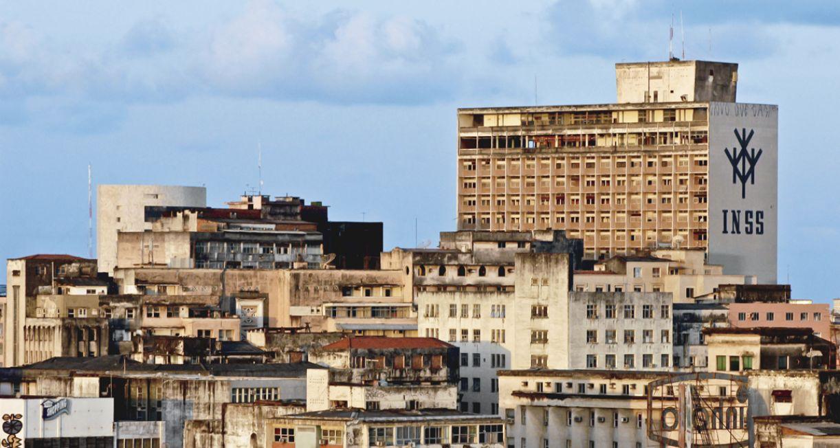 Antigo prédio do INSS, construído em 1960, na área central da cidade, o edifício JK está desativado desde 1999