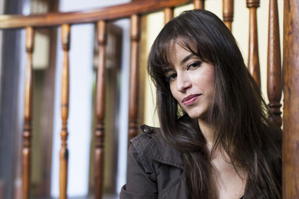 """Débora Ferraz: na narrativa """"Enquanto Deus não está olhando"""", personagem busca pai desaparecido"""