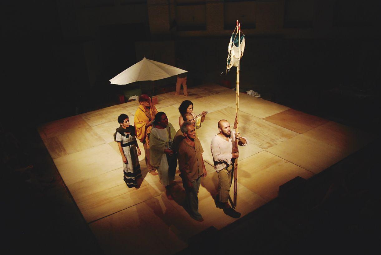 Encenada sobre um tablado rodeado de arquibancadas, peça reúne atores de 'Vau de Sarapalha', da companhia Piollin e convidados