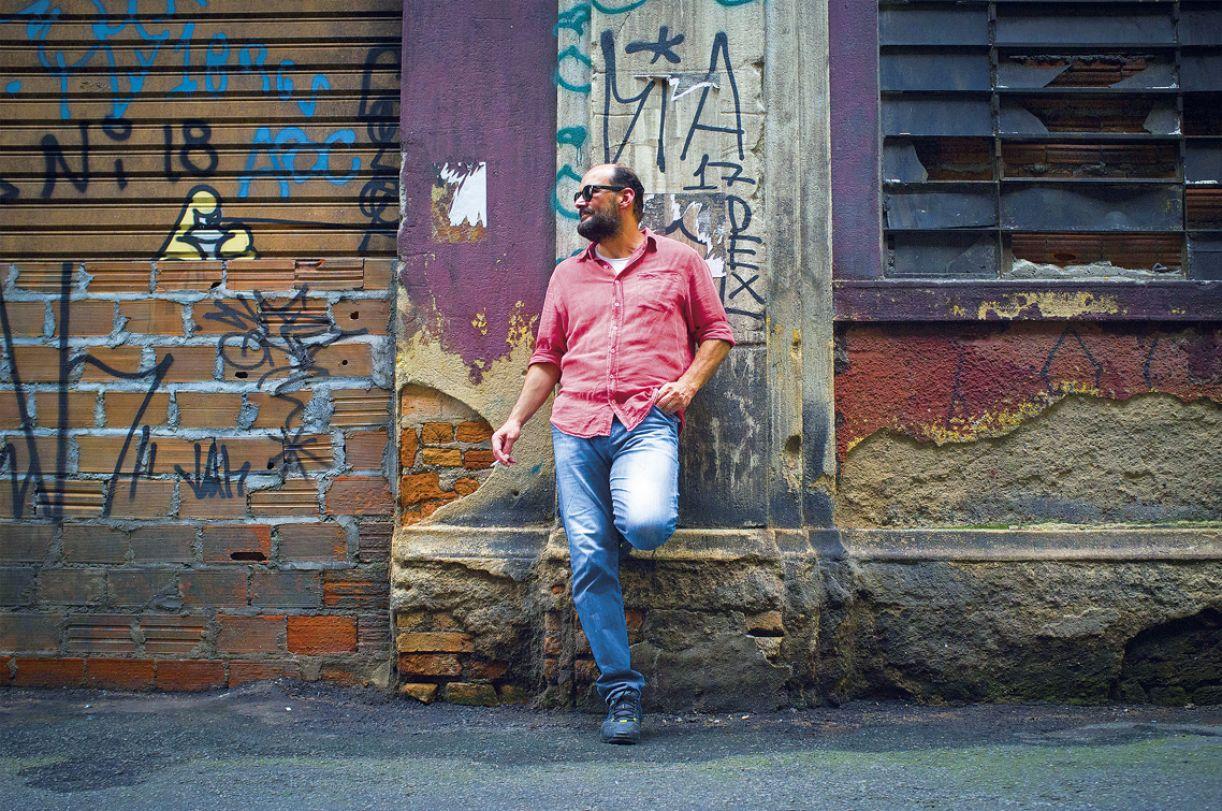 O novo disco de Douglas Germano é uma mistura entre o poético e o combativo