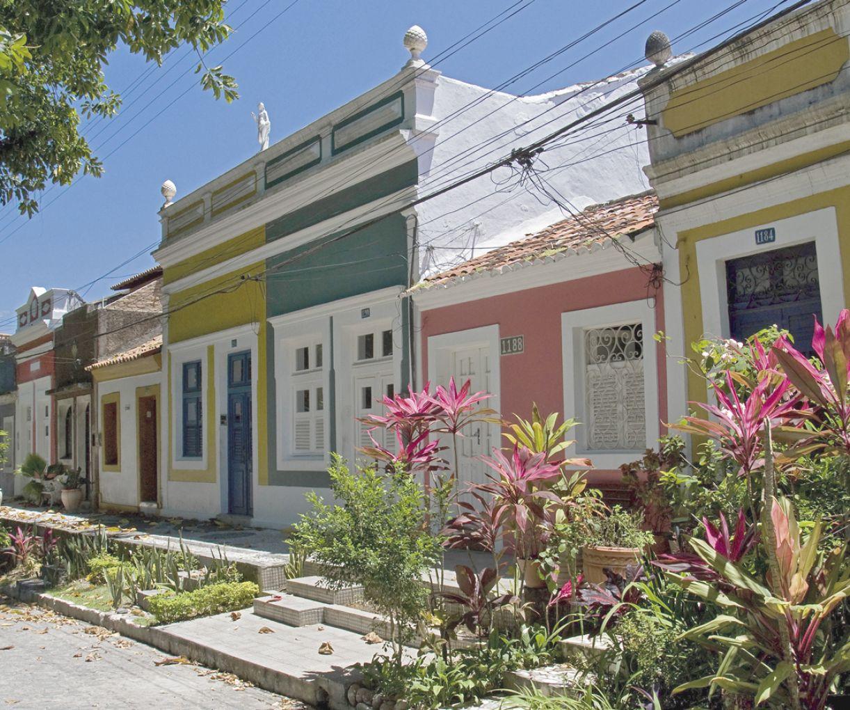 Antigo trecho de engenho, a rua de Apipucos apresenta uma subida com casas que saltam à paisagem verde e desembocam na igreja matriz do bairro