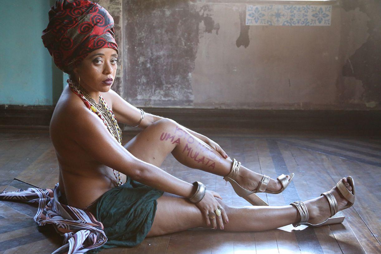 A atriz Mônica Santana apresenta, na mostra, o solo 'Isto não é uma mulata'
