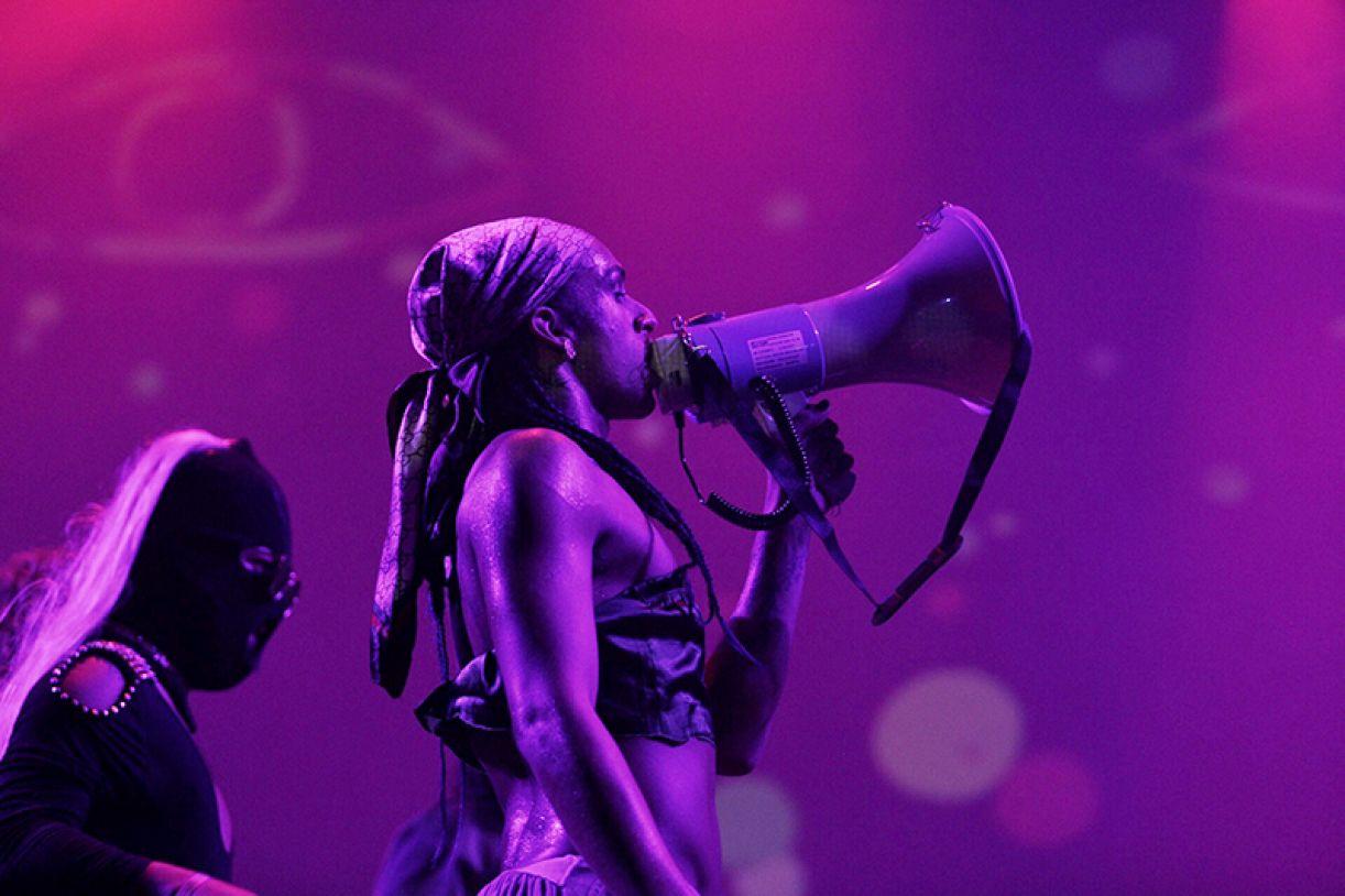 Linn da Quebrada bradou e celebrou pelas 'trans' e travestis vivas em seu show potente no Molotov