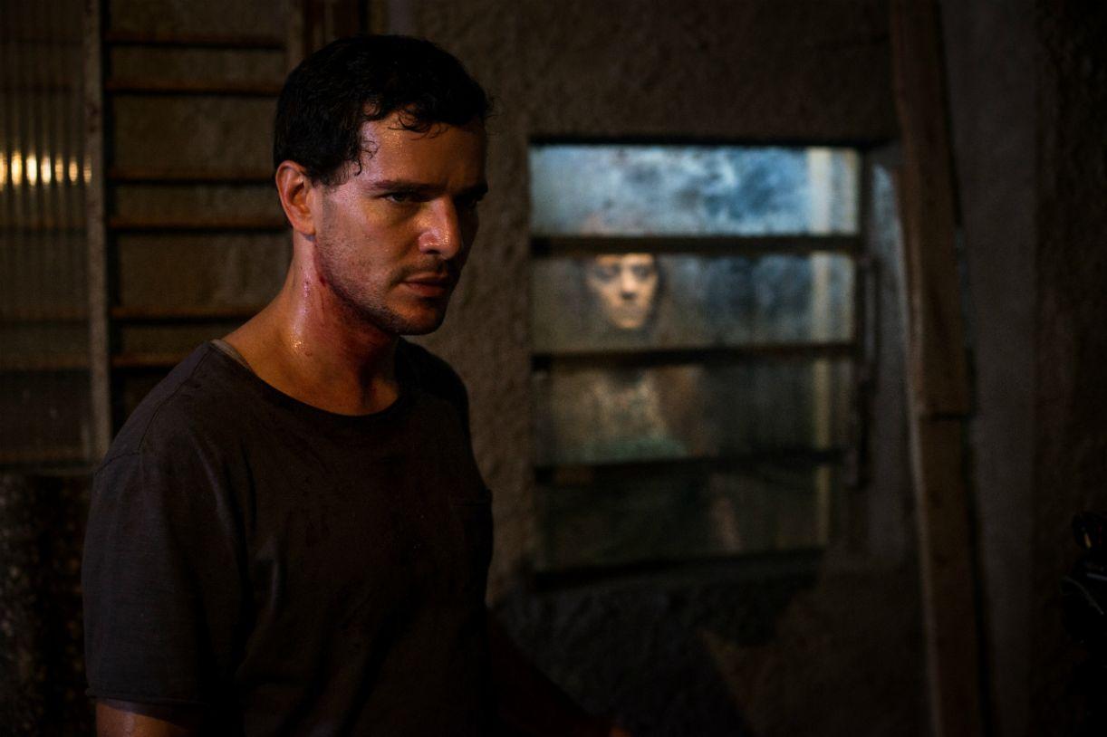 Daniel de Oliveira como Stênio em 'Morto não fala'