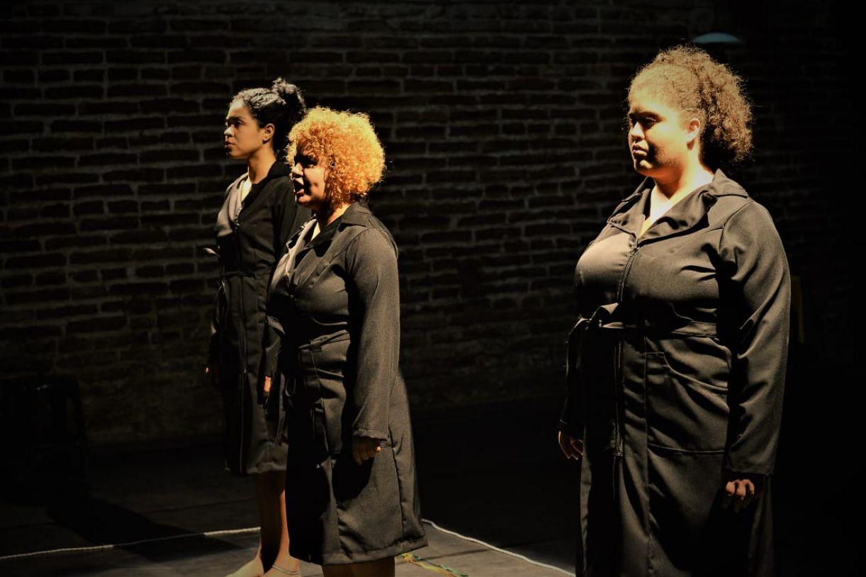 O espetáculo 'Retratos de Chumbo' mostra os anos de chumbo pela ótica de mulheres que lutaram, foram presas e torturadas.