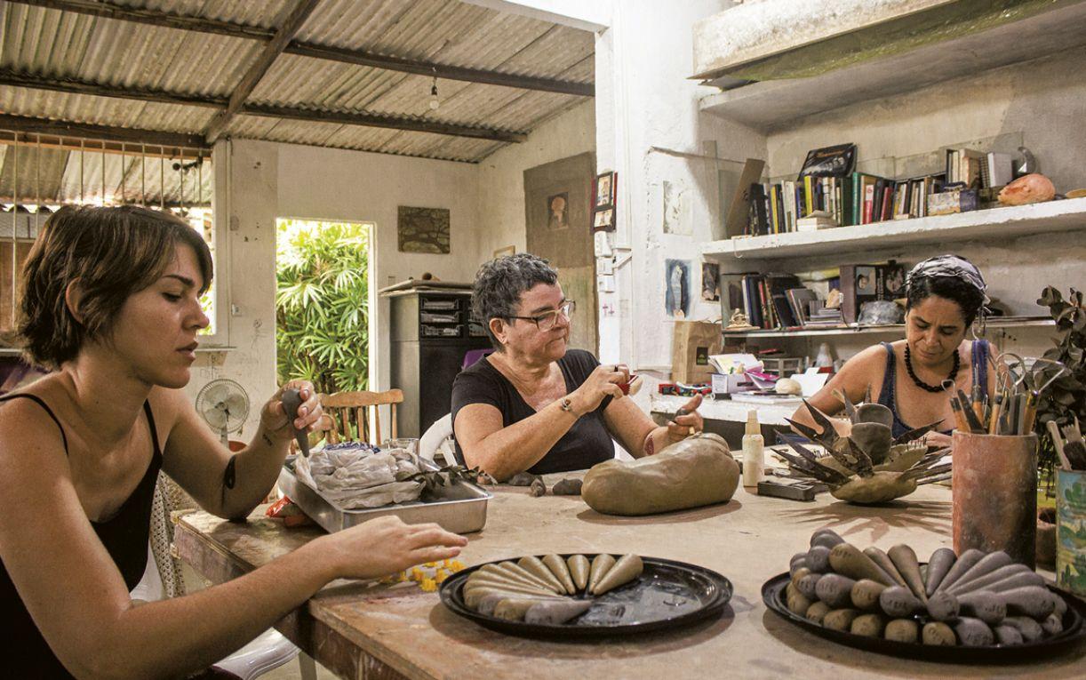 Durante oito meses, as artistas se reuniram para experimentar com a argila