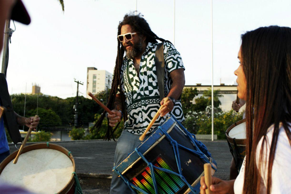 Caravana MusiLibras traz ao Recife os Batuqueiros do Silêncio