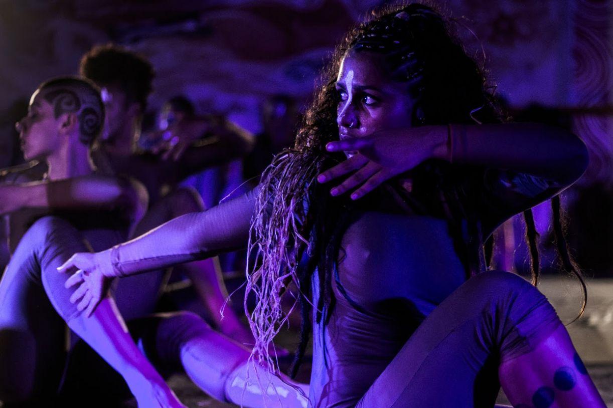 Luz, figurino, música e direção atribuem à apresentação uma perspectiva contemporânea à dança afro