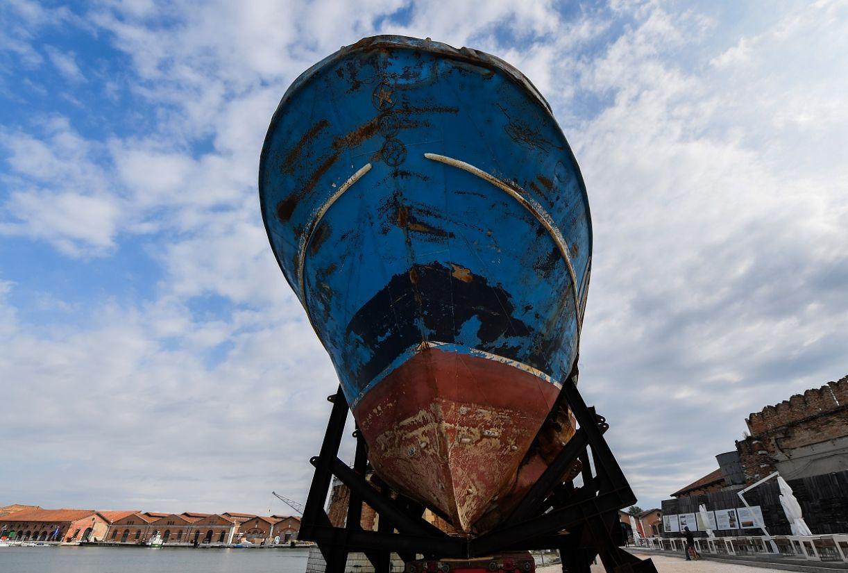 Barco que afundou com imigrantes africanos foi exposto em Veneza pelas mãos de Christoph Büchel