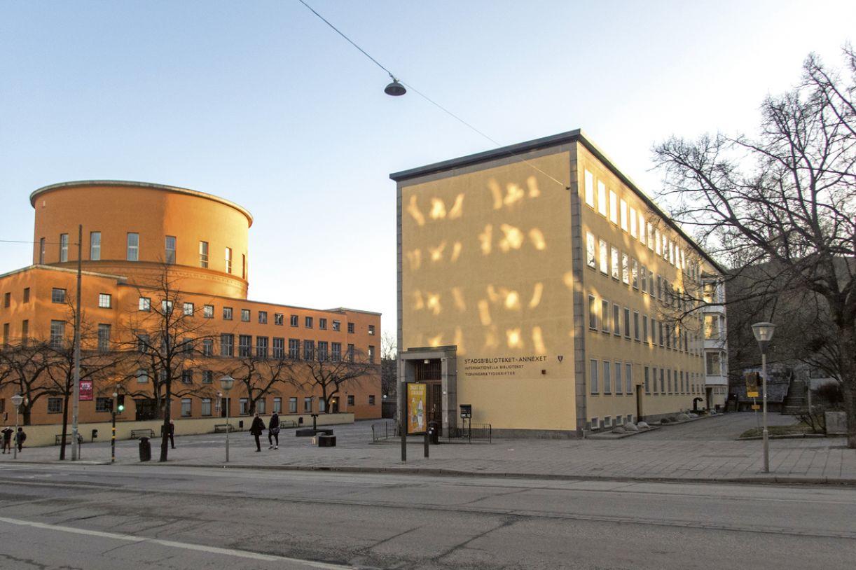 A Biblioteca Internacional de Estocolmo funcionava num edifício de três andares, anexo, mas independente da Biblioteca Municipal