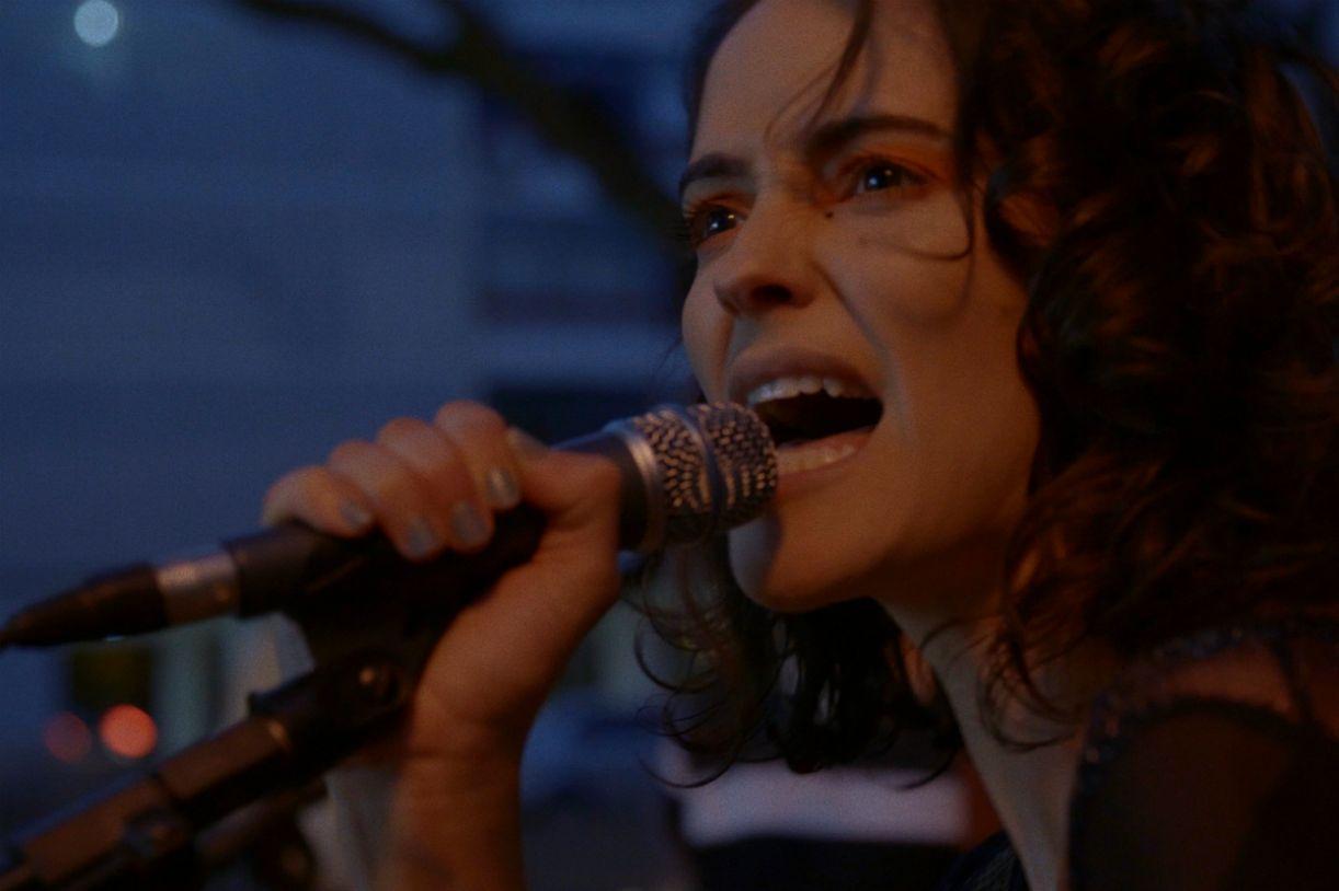 Ayla Gresta como Karen em 'Ainda temos a imensidão da noite'