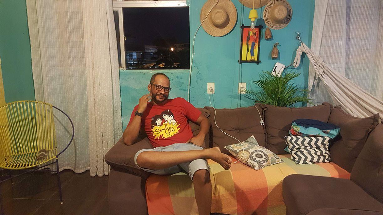 O músico Graxa em sua residência