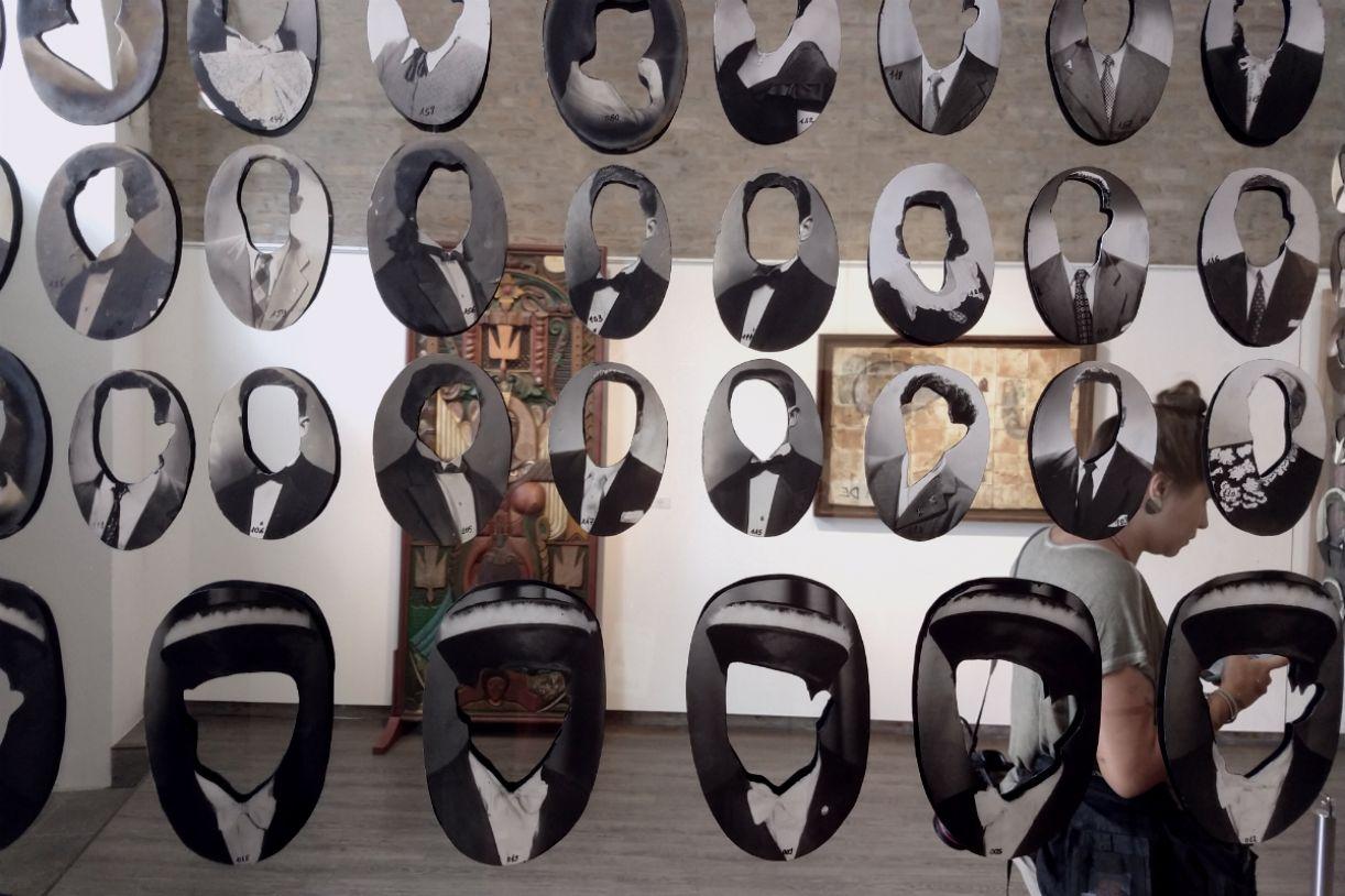 Obra de Marcelo Silveira reúne centenas de retratos com rostos recortados