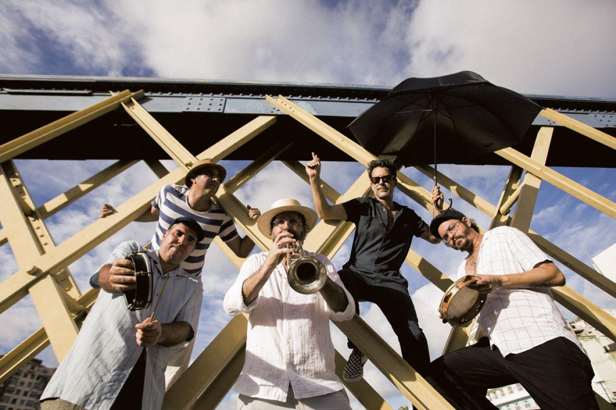 Banda, formada por Rob Meira, Kiko Meira, André Oliveira, Fabio Trummer e Alexandre Urêa