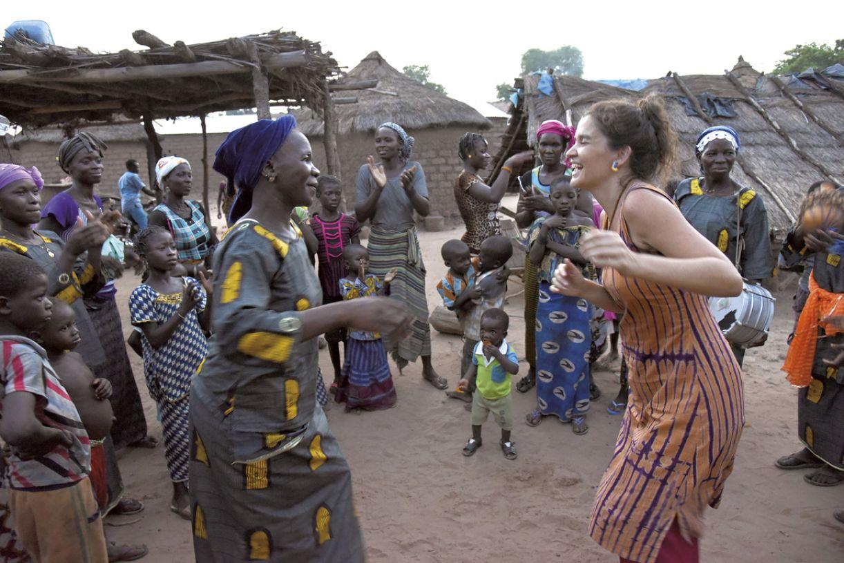 Dança e música como viés do encontro, em um dos momentos compartilhados com mulheres do vilarejo
