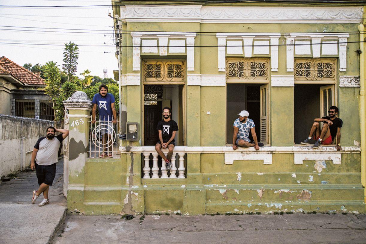Da esq. para dir.: os intergrantes do Magiluth Giordano, Mário Sergio, Bruno, Lucas e Erivaldo na frente do casarão da Rua da Glória