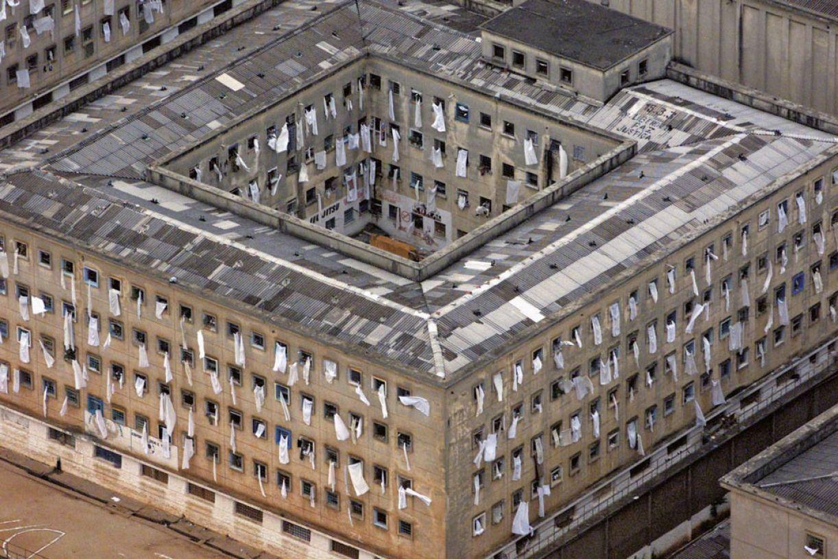 Vista aérea da Casa de Detenção do Carandiru, em fevereiro de 2001. Em 2005, os pavilhões foram implodidos