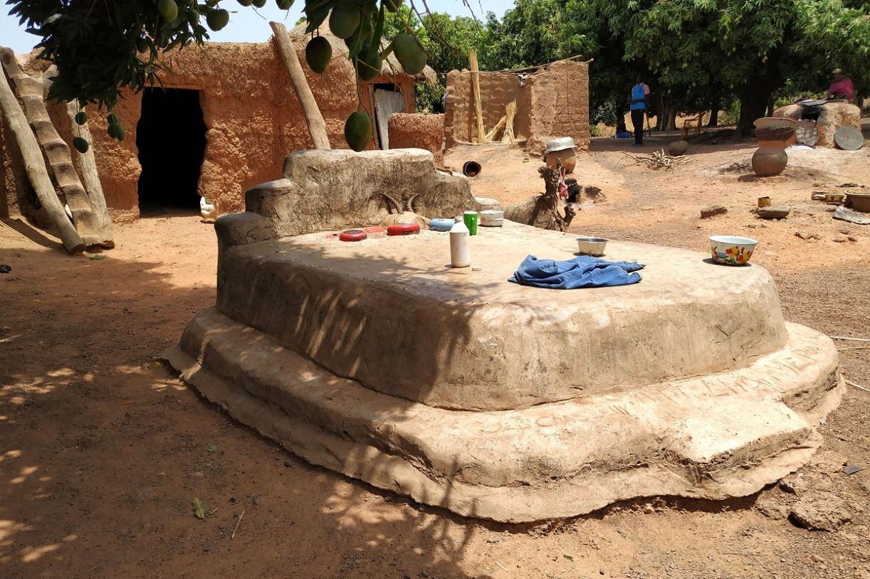 Os túmulos na frente das casas de vilarejos da região de Gaoua