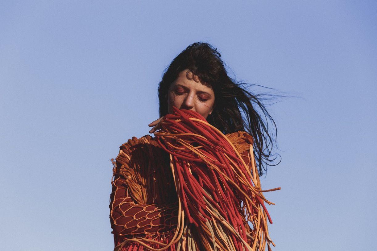 A artista Larissa Conforto, ou Àyié