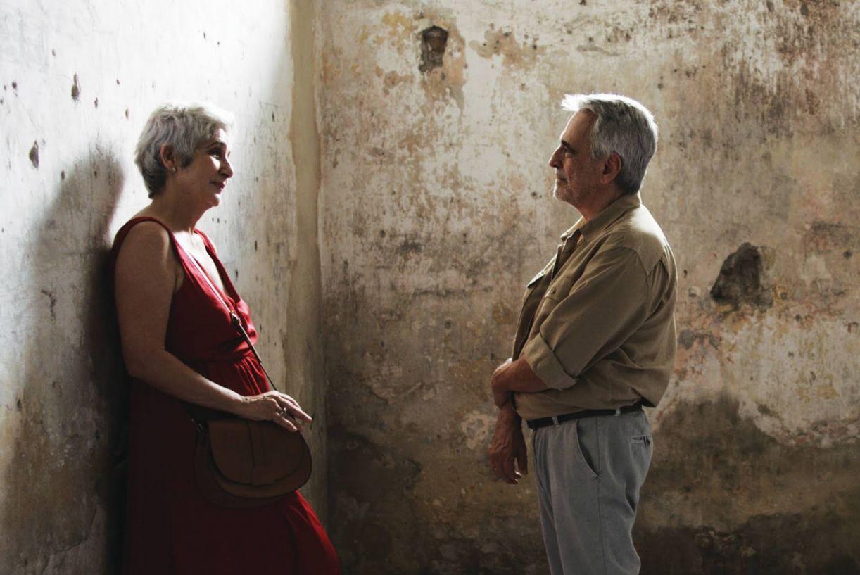 Miguel (Aderbal Freire) e Maria Eugênia (Juliana Carneiro) em cela da casa de detenção do Recife