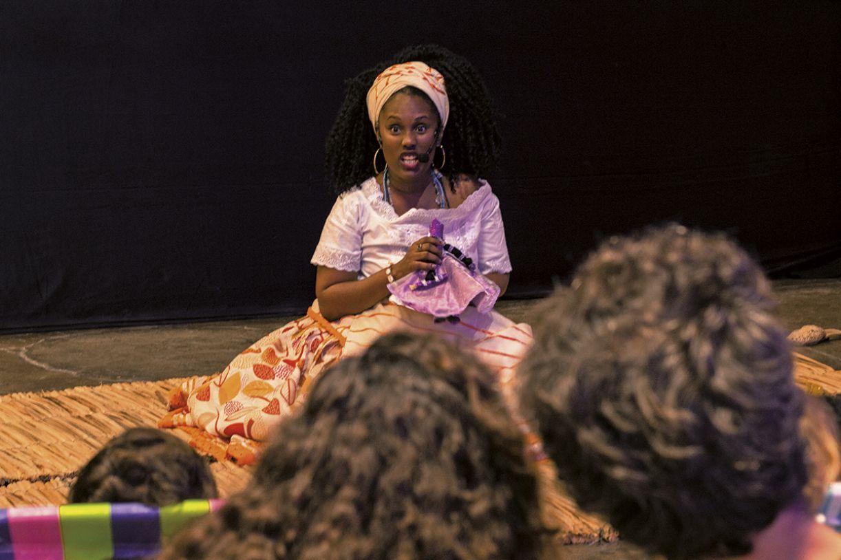 Nas contações de histórias, Kemla traz ao público narrativas da ancestralidade afro-brasileira