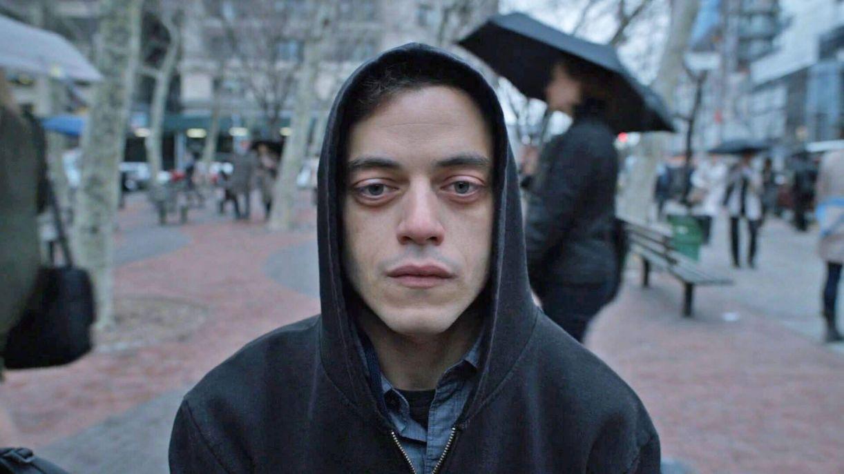 Ator vencedor do Oscar, Rami Malek interpreta o jovem programador Elliot