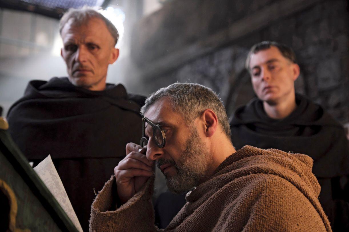 Na série, John Turturro (ao centro) interpreta o monge-detetive Guilherme de Baskerville