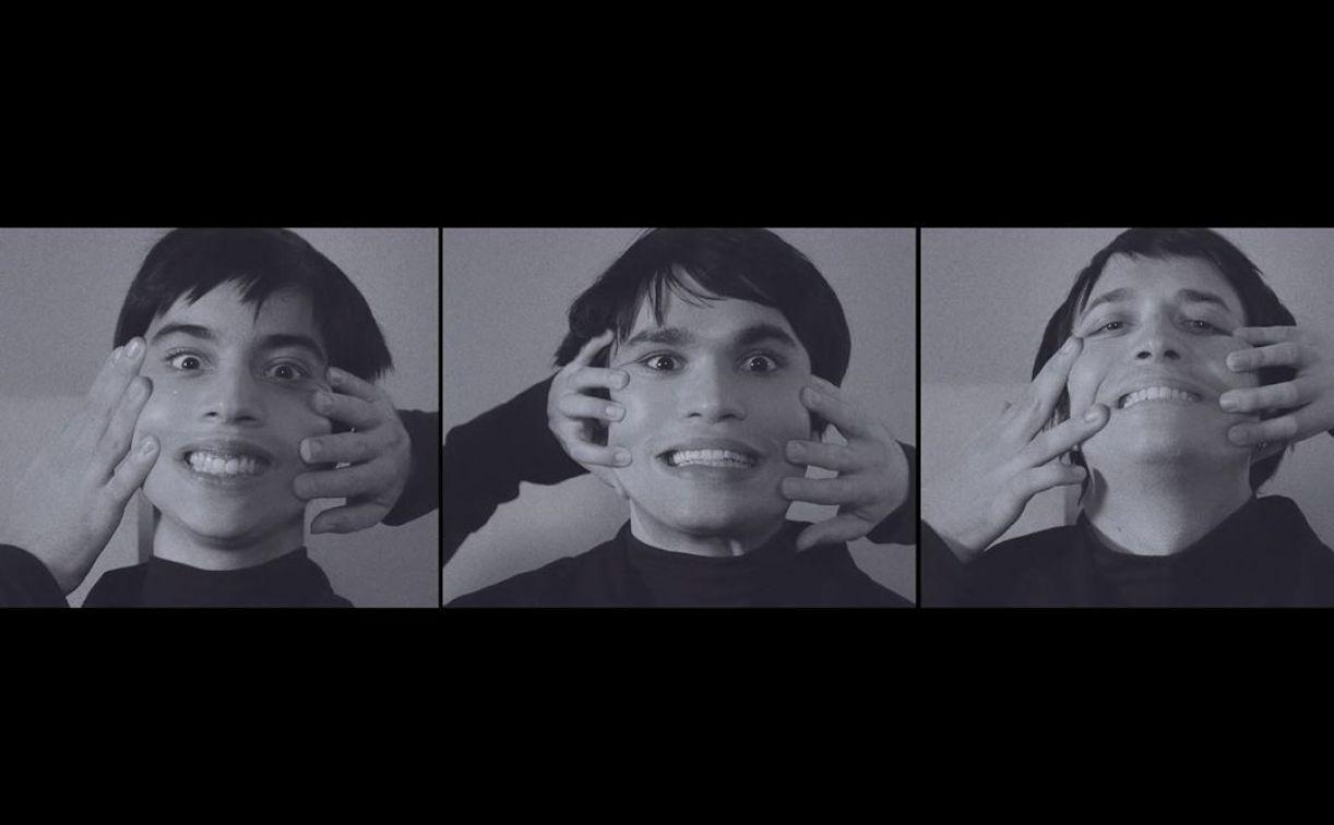 Videoclipe em preto em branco traz os três músicos em coreografia da música.