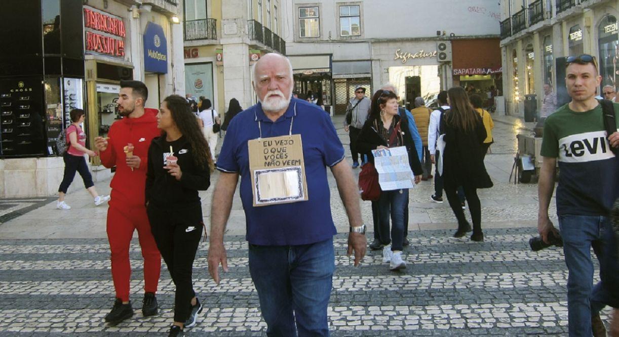 Paulo Bruscky realiza performance no centro de Lisboa no início deste ano