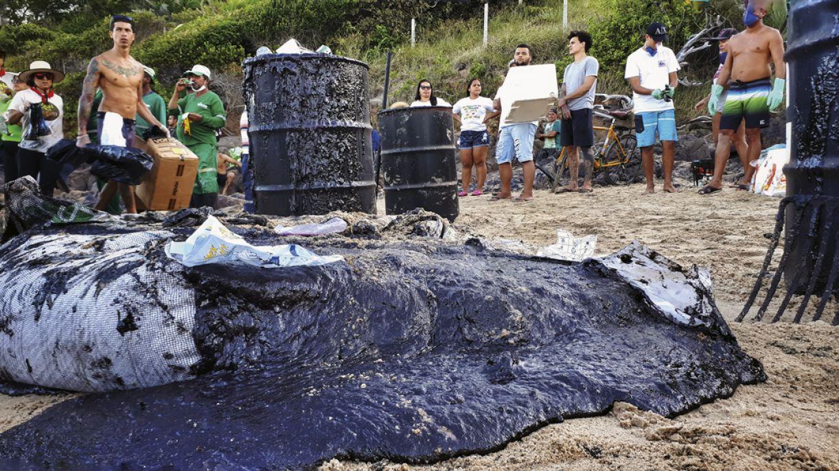 Voluntários retiram óleo da Praia de Itapoama, Cabo de Santo Agostinho, em outubro de 2019